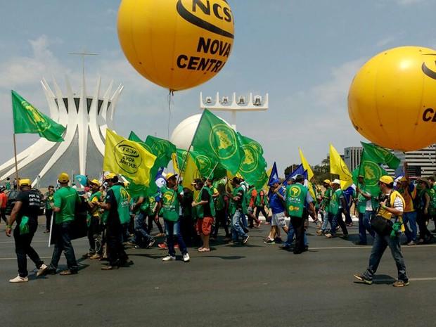 Grupo de manifestantes protesta em frente à Catedral Metropolitana de Brasília, na Esplanada dos Ministérios, na manhã desta terça-feira (13) (Foto: Elielton Lopes/G1)