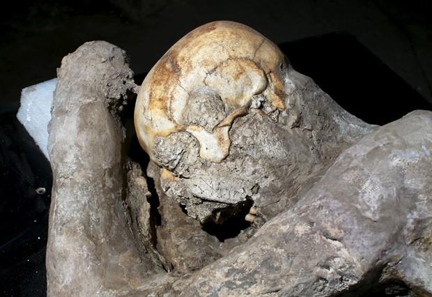 Molde de gesso de vítima de Pompeia: cientistas submeteram restos a tomografia computadorizada para analisar restos mortais, como ossos e dentes, em meio ao gesso  (Foto: Reuters/Alessandro Bianchi)