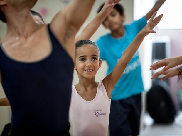 Aula de balé com o bailarino Yoshi Suzuki na sede do projeto Cristolânida, com crianças que moram na região da Cracolândia (Foto: Fábio Tito/G1)