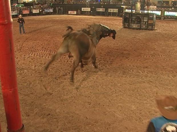 Peão na hora que caiu do touro na montaria (Foto: Reprodução/ TV TEM)