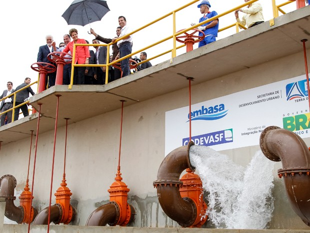 Dilma durante visita à estação de tratamento de água de Julião, em Malhada (BA) (Foto: Roberto Stuckert Filho/PR)