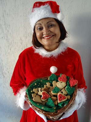 Gilda Lacerda ensina a fazer biscoitinhos natalinos. (Foto: Katherine Coutinho/G1)