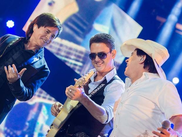 Chitãozinho & Xororó divertem-se com guitarrista da banda durante show em Barretos (Foto: Érico Andrade/G1)