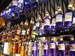 De cor azulada, tiquira é bebida típica de São Luís (Foto: Maurício Araya / G1)
