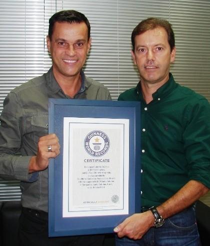 RBS TV recebeu o certificado pela parceria na quebra do recorde (Foto: RBS TV/Divulgação)