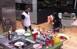 Munik come omelete feito por Matheus e diz: 'Vou engordar'