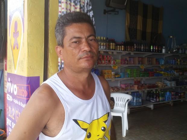Comerciante Erivaldo Alves nega ter sido idenizado pela prefeitura ou recebido outra casa para sair da área de risco (Foto: Toni Francis/G1)