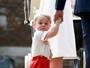 Príncipe George dá show à parte no batizado da irmã, Charlotte