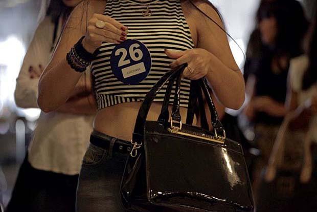Número da sorte? Candidata exibe sua numeração na seletiva em Cuiabá (Foto: Gshow)