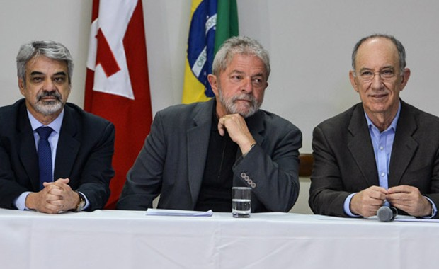 O ex-presidente Luiz Inácio Lula da Silva durante encontro com parlamentares do PT, em Brasília, acompanhado do senador Humberto Costa (esq) e do presidente do partido, Rui Falcão (dir) (Foto: Valter Campanato/Agência Brasil)
