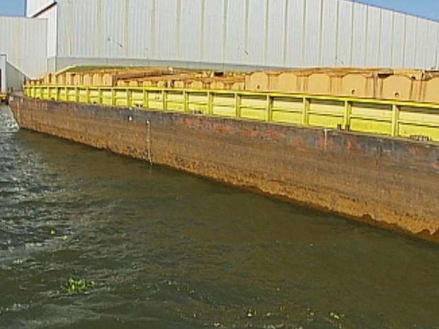 Nível baixo do Rio Tietê tem prejudicado o transporte de cargas  (Foto: Reprodução / TV TEM)