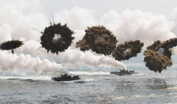 Coreia do Sul e Estados Unidos realizam exercícios militares.  (Foto: Ahn Young-joon / AP Photo)