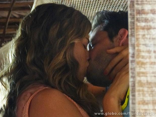 Ester garante a Cassiano que não vai desistir de pedir a separação (Foto: Flor do Caribe / TV Globo)