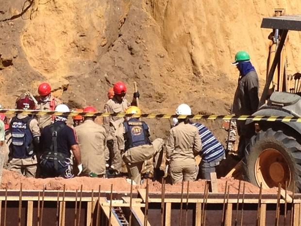 Bombeiros acham operário morto sob escombros em João Pessoa (Foto: Walter Paparazzo/G1)