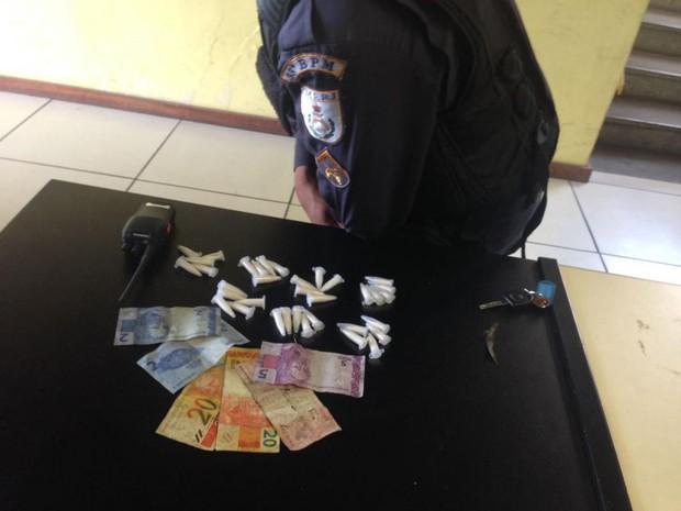 Foram apreendidos 35 cápsulas de cocaína, um rádio comunicador e R$ 59 com o jovem em Angra (Foto: Polícia Militar/Divulgação)