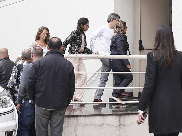 Mulher de Domingos Montagner, Luciana Lima (c) chega para o velório do ator em São Paulo (Foto: Leonardo Benassatto/ Estadão Conteúdo)