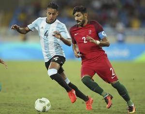 Ricardo Esgaio, capitão de Portugal, disputa bola com José Luis Gómez, da Argentina (Foto: Reuters)