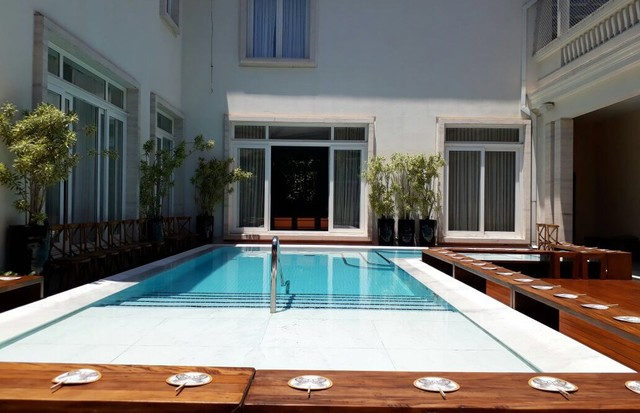 A piscina onde acontece o desfile de estreia de Celina Locks como estilista (Foto: Thalita Peres)