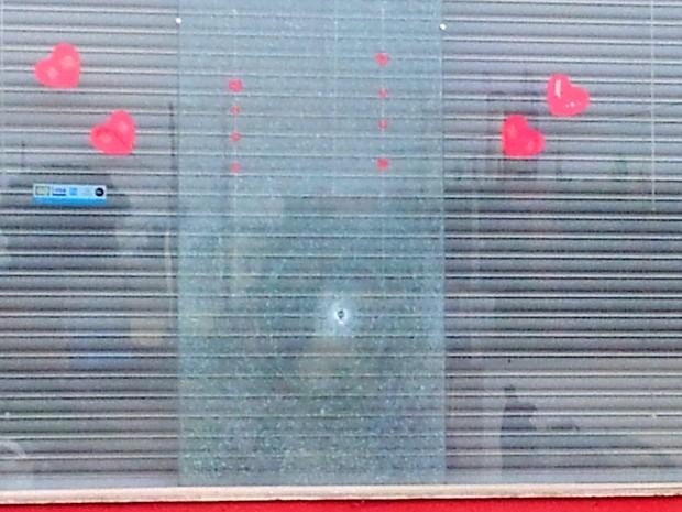 Suspeitos de explodir caixa eletrônico atiraram em comércio vizinho ao banco (Foto: Edijan Del Santo/EPTV)