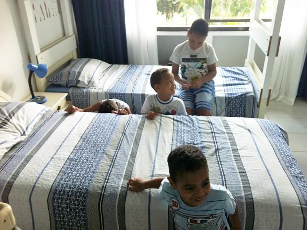 Meninos se divertem no quarto que dividem na Asa Norte (Foto: Isabella Formiga/G1)