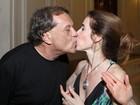 Deborah Evelyn ganha beijo de Dennis Carvalho em estreia de peça