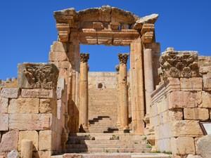 Um dos templos construídos pelos romanos em Jerash (Foto: Juliana Cardilli/G1)