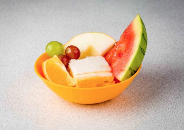 Frutas são servidas à vontade aos alunos da Thomas Battersea (Foto: reprodução)