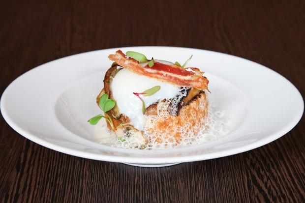 Brioche leva ovo perfeito, cogumelos e espuma de grana padano (Foto: Divulgação)