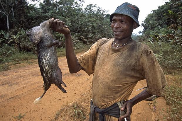 Um roedor morto é oferecido aos motoristas que transitam pelas estradas da região Rio Muni, a parte continental do país (Foto: Haroldo Castro/Época)