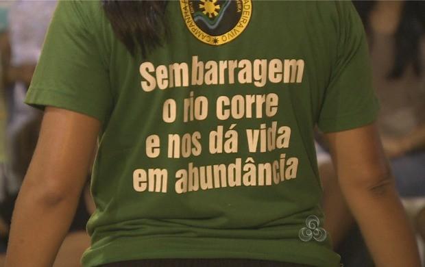 Apresentação começa com uma dura crítica a instalação das usinas do madeira (Foto: Rondônia TV)