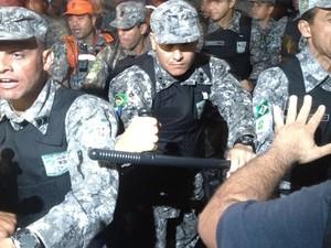 Manifestantes reclamaram de truculência da Força Nacional (Foto: Gabriel Barreira/G1)