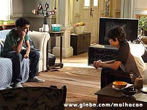 Paulino tenta consolar o amigo Vitor (Foto: Malhação/ TV Globo)