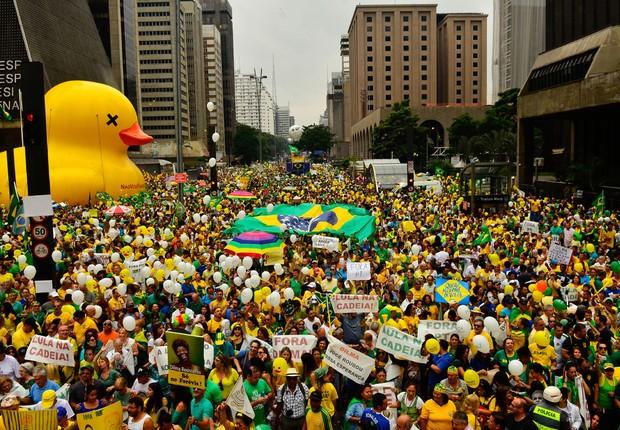 Manifestação reúne milhares de pessoas na Avenida Paulista, região central da capital paulista, contra a corrupção e pela saída da presidente Dilma Rousseff  (Foto: Rovena Rosa/Agência Brasil)