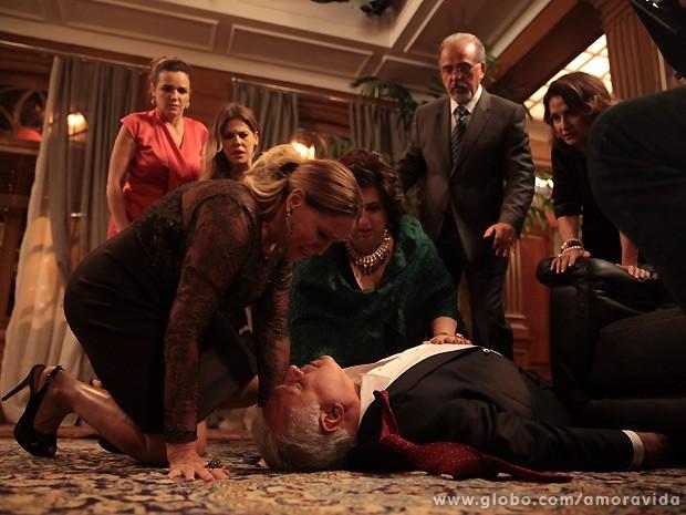 César sofre um infarte logo depois que a filha sai de casa... (Foto: Amor à Vida / TV Globo)