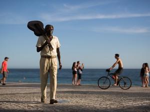 Estátua recém-inaugurada em homenagem ao compositor Tom Jobim na praia de Ipanema, no Rio de Janeiro. A inauguração marca os 20 anos da morte do autor de 'Garota de Ipanema' (Foto: Felipe Dana/AP)