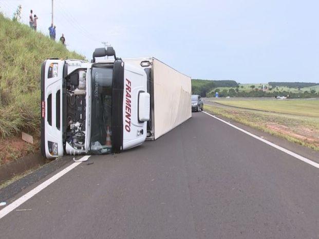 Motorista do caminhão não sofreu ferimentos. (Foto: Reprodução / TV TEM)