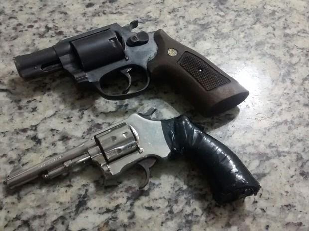 Armas de fogo foram apreendidas pela polícia (Foto: Divulgação/Polícia Militar)