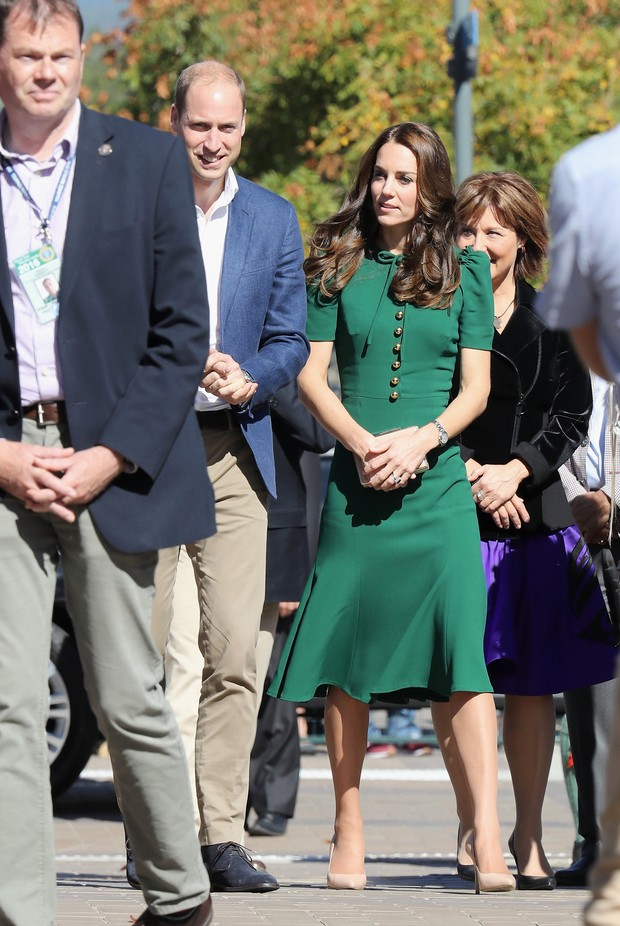 Kate Middleton usa vestido verde de R$8 mil no tour pelo Canadá ao lado do príncipe William (Foto: Getty)