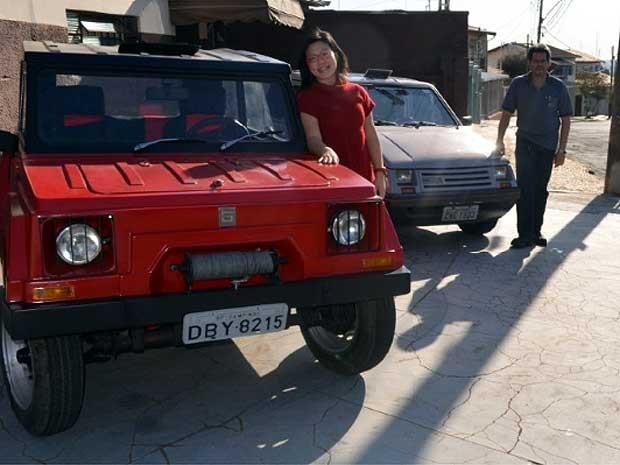 Sabrina Saito e André Seixas com os modelos Gurgel  (Foto: Luciano Calafiori/G1 Campinas)