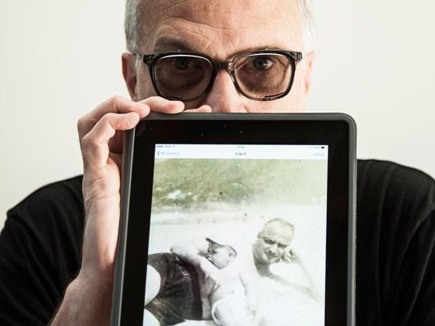 Bial mostra a foto com o pai tirada na Praia de Ipanema (Foto: Marcelo Correa/TV Globo)