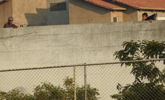 Garotos assistem ao treino do Corinthians no CT Joaquim Grava (Foto: Marcelo Braga)