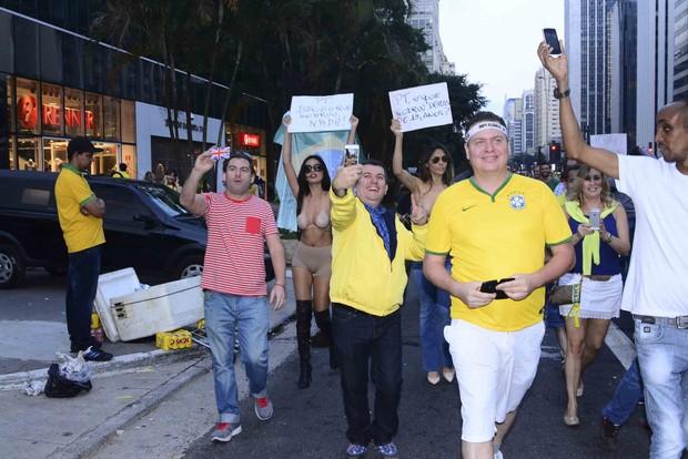 Jennifer Pamplona e Nina Moura protestam com topless na Av. Paulista, em SP, neste domingo, 12 (Foto: Leo Franco / AgNews)