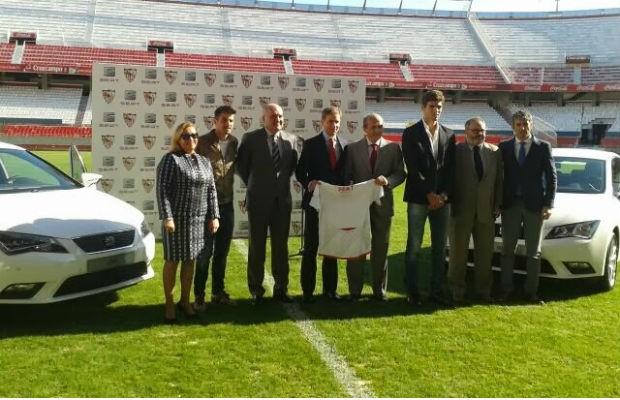 SEAT presenteia jogadores do Sevilla com carros da marca (Foto: Divulgação)