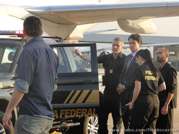 Cassiano assiste de camarote à prisão de Hélio (Foto: Flor do Caribe / TV Globo)