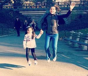 Ingrid se diverte com a filha durante viagem (Foto: Arquivo Pessoal)