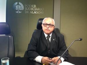 Desembargador James Magalhães preside sessão. (Foto: Natália Souza/G1)