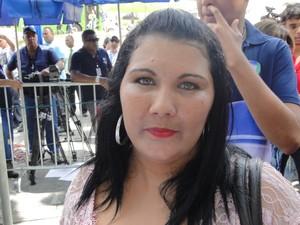05/03/2013 - Ex-namorada de Macarrão fala com a imprensa na porta do fórum (Foto: Pedro Triginelli/G1)