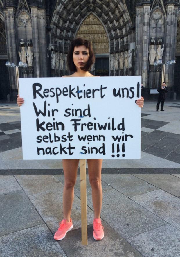 Artista protesta nua contra agressões sofridas por mulheres na Alemanha (Foto: Dorothee Thiesing/AP)