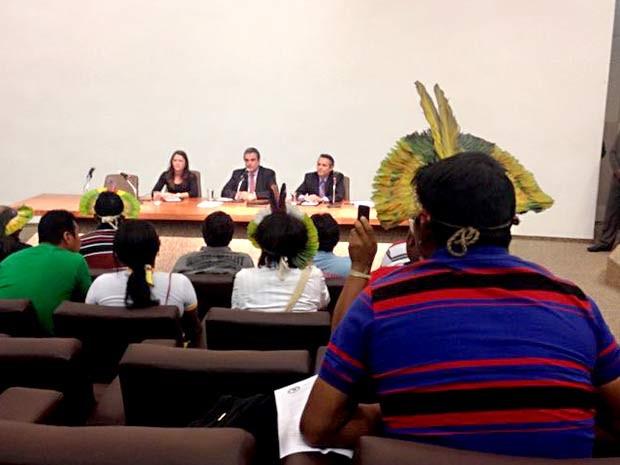 Índios se reúnem com o ministro José Eduardo Cardozo para debater mudanças nas regras para demarcação de terras (Foto: Lucas Salomão/G1)