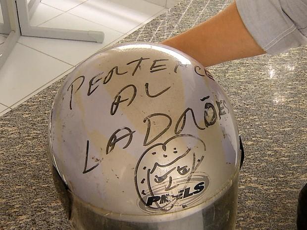Pacientes identificaram o capacete deixado pelos bandidos; `pertence ao ladrão' (Foto: Reprodução/Inter TV Cabugi)